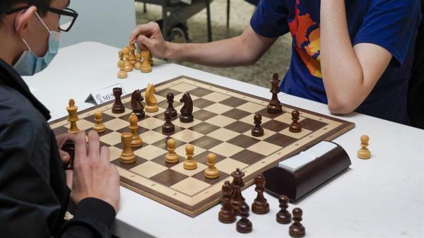 Dicha modalidad se caracteriza por que los jugadores disponen tan solo de tres minutos para toda la partida