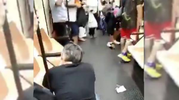 El individuo golpea con un objeto a la víctima en el ojo por pedirle que use mascarilla