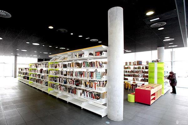 Alcobendas dona más de 250 libros a la biblioteca Resistiré