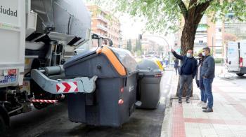 Este servicio consiste en la limpieza interior y exterior mecánica gracias a un vehículos lavacontenedores