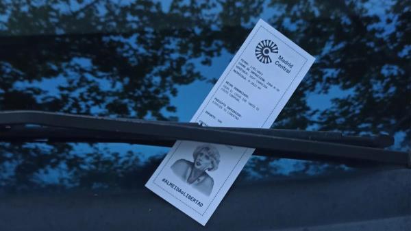 Falsas multas en centenares de coches como protesta