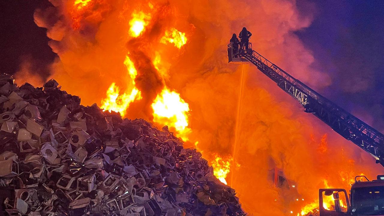 El incendio se ha desatado en un amontonamiento de 10.000 metros cúbicos de lavadoras