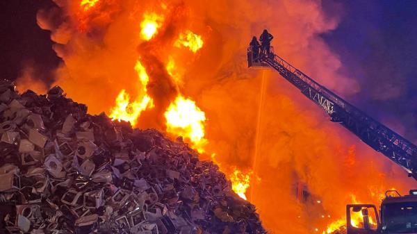 Arde una chatarrería en Leganés