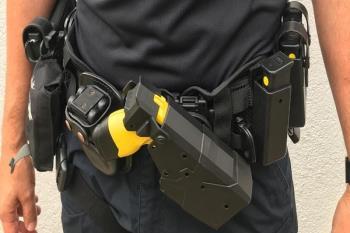 se han implementado potentes sistemas de control como el uso de cámaras policiales que lleva cada agente que se activan automáticamente al encender los táser