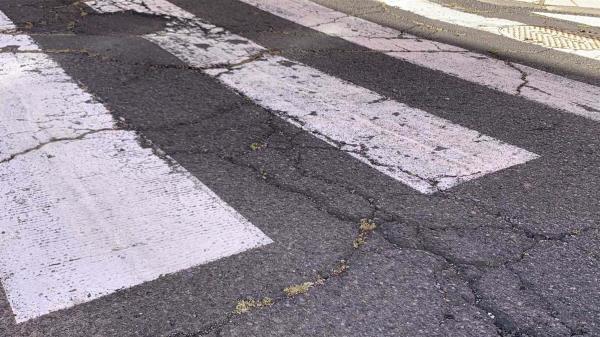 El mal asfaltado urbano pone en peligro la seguridad vial