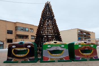 Ubicado en la Plaza del Tesillo, con 7 metros de altura y formado por 1.200 botellas de vidrio