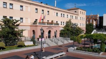 La alcaldesa del municipio ha firmado un convenio de colaboración con la Universidad Alfonso X El Sabio para ofrecer las becas de estudio
