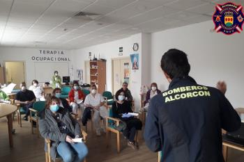 Grupos de voluntarios de Bomberos de Alcorcón desinfectan residencias y dan formación a los trabajadores