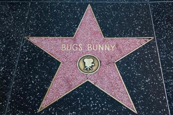 El icónico y desvergonzado conejo de los Looney Tunes celebra su nacimiento con una nueva serie y una colección de sellos