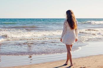 El sol, la arena, el cloro, la sal y el sudor son grandes enemigos para tu pelo: aprende a combatirlos