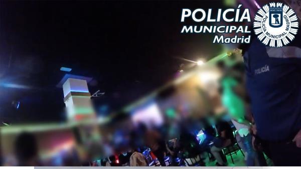 Entre los incumplimientos que descubrió la Policía Local, 74 personas estaban sin mascarilla en el interior del local