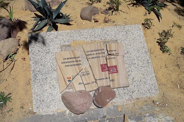 Destrozan la plaza de homenaje a los Abogados de Atocha en Alcorcón