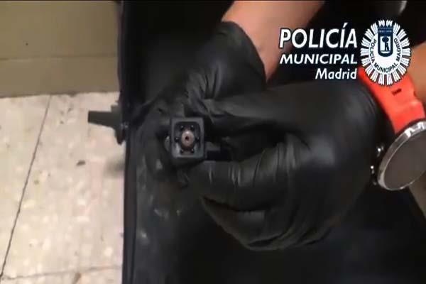 El hombre ocultaba su  cámara en una maleta y pasaba desapercibido