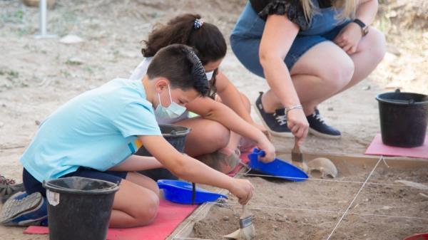 """Diana Díaz del Pozo ha visitado el yacimiento romano de Complutum donde se está realizando el programa infantil """"Arqueólogos por un día"""""""