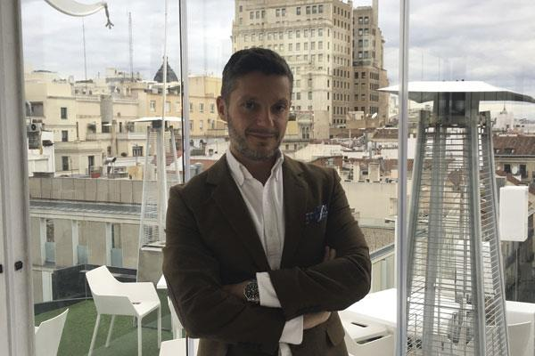 Entrevista con el diplomático español que narra la experiencia de ser padre en 'La cigueña vino de Miami'