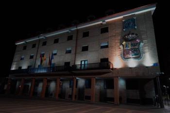 """El consistorio apagó sus luces durante una hora este sábado para """"concienciar"""" a la ciudadanía sobre ahorro energético"""