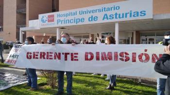 Sindicatos y políticos se concentran frente al hospital para reclamar el cese de su gerente