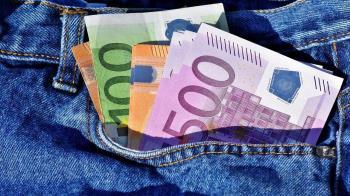 El hombre acababa de sacar 600 euros del banco cuando las acusadas lo interceptaron