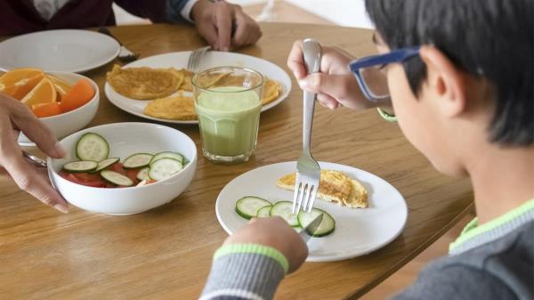 El documento presenta las claves para una vida saludable