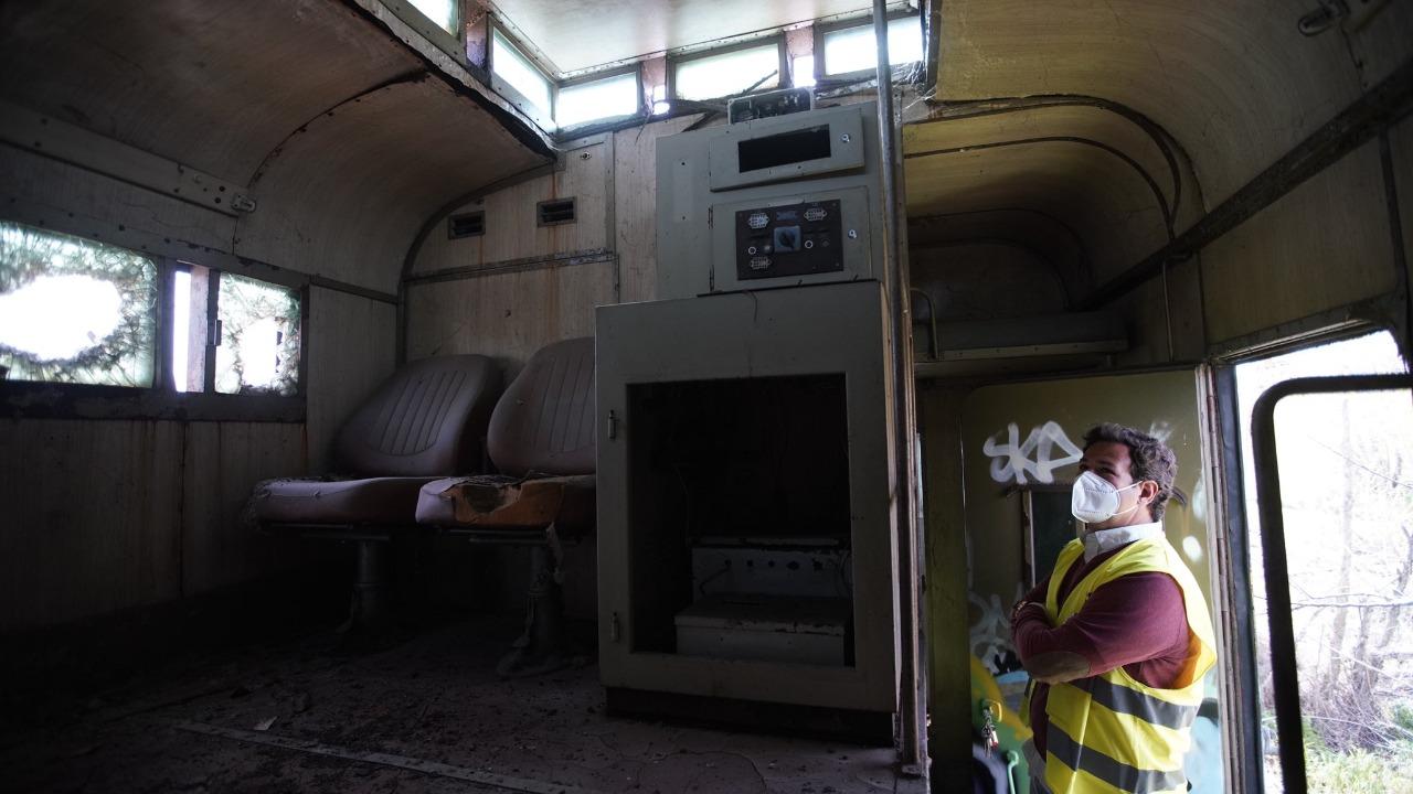 Los dos trenes son: un Talgo 353-009 y un vagón blindado