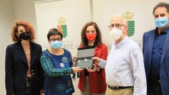 Se ha otorgado una placa a dos representantes de las mesas del Voluntariado Municipal y del Voluntariado de Entidades