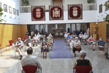 El alcalde y la concejala de Mayores dieron las gracias por su labor en los centros