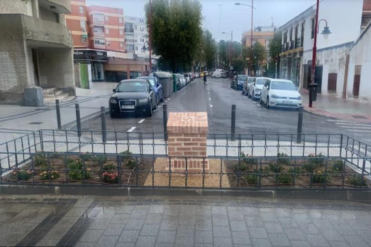 La plaza cuenta con un monolito en el que se prevé instalar una placa en homenaje a los vecinos afectados por el virus
