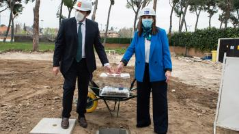 La alcaldesa de Pozuelo de Alarcón, Susana Pérez, y el consejero de Vivienda y Administración Local de la Comunidad de Madrid, David Pérez, han colocado la primera piedra