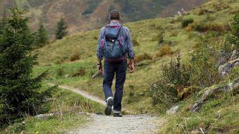 El ayuntamiento ha puesto en marcha una ruta de senderismo para la tercera edad