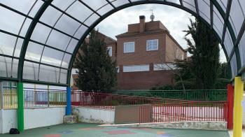 Entre otras tareas, se han sustituido las dos cubiertas del patio donde juegan los alumnos de Infantil del colegio