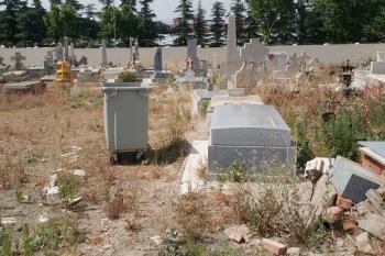 """¿Lo abandonaréis para siempre? pregunta una usuaria del cementerio que afirma tener a familiares enterrados entre """"hierbajos y asfalto levantado"""""""