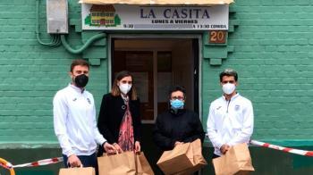 Patricia Praena, Iribas e Iban Salvador llevaron las tortillas al comedor social La Casita