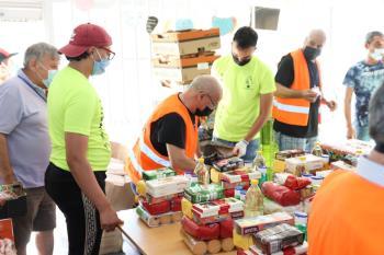 Trabajadores de metro donan alimentos de primera necesidad en bolsas a la Asociación San Ricardo Pámpuri de Fuenlabrada