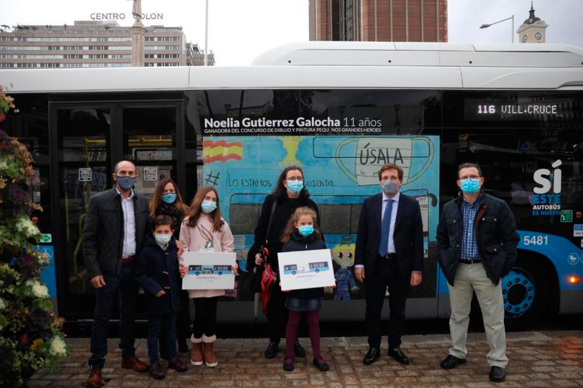 El alcalde de Madrid ha presentado los dos autobuses vinilados con los dibujos ganadores del certamen infantil