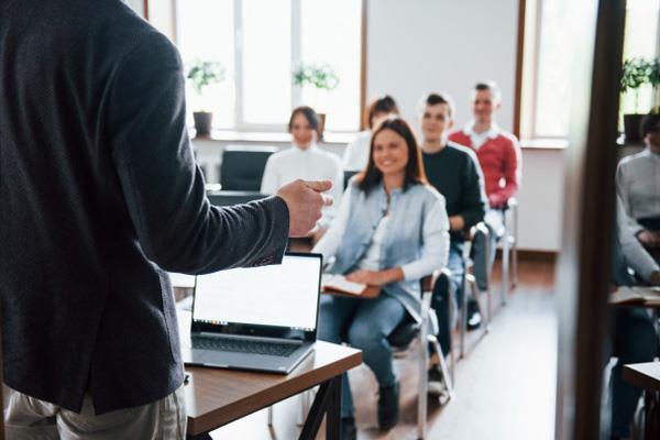 El Consejo Escolar del Estado plantea que se pueda pasar de curso con asignaturas suspensas