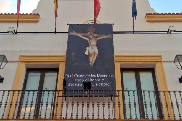 Podemos reclama que se retire una banderola religiosa de la fachada del ayuntamiento