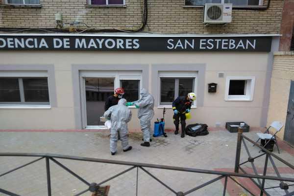 El Cuerpo de Bomberos desinfecta residencias de mayores y centros de salud