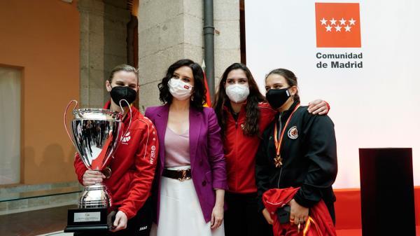 Isabel Díaz Ayuso ha recibido a las campeonas de voley y hockey en línea y sobre hielo