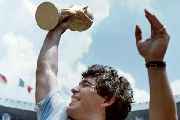 El genio del fútbol mundial ya no jugará más: muere Maradona
