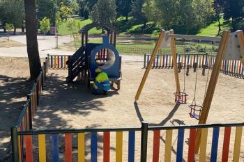 Se están colocando en ambas zonas aparatos de juego accesibles para menores con movilidad reducida