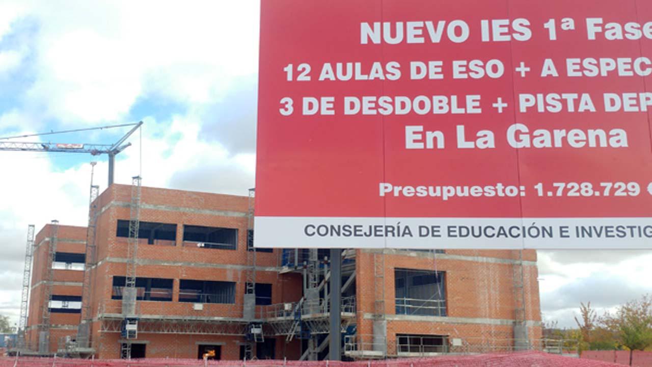 La Consejería de Educación no responde a la petición de cierre del vallado del edificio, emitida en diciembre