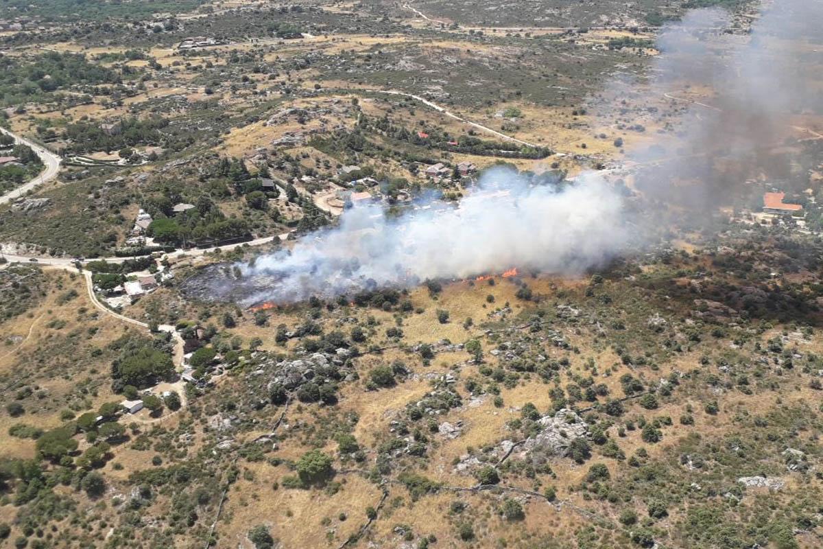 Bomberos, Protección Civil de Villaviciosa y Agentes Forestales han conseguido sofocar el incendio después de una hora de trabajos