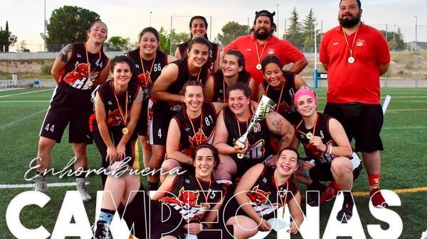 El primer equipo masculino y femenino de Las Rozas Black Demons, campeones de la Liga Madrileña de Flag Football