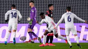 Un gol de Vinicius en el minuto 89 mantiene a los blancos en la carrera por el título