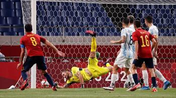 El combo español ha empatado contra Argentina y pasa de ronda sufiendo