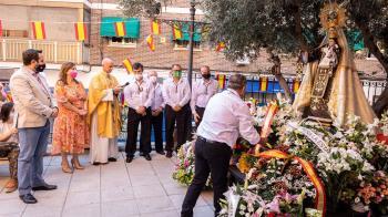 La alcaldesa ha realizado la entrega de una corona de flores