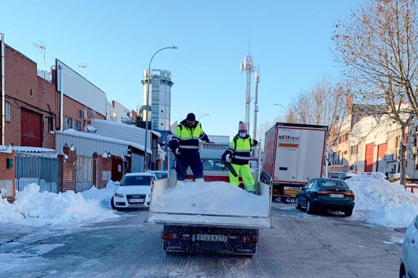 Casi todas las vías están despejadas, pero los trabajadores municipales continúan esparciendo sal
