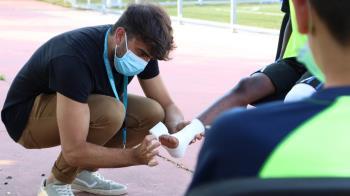 El Hospital Universitario de Torrejón ha impartido una charla de vendajes al equipo  Alevín 'A' del Juventud Torrejón