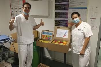 La empresa llevó fruta fresca, zumos y frutos secos a cada servicio de urgencias de los seis hospitales