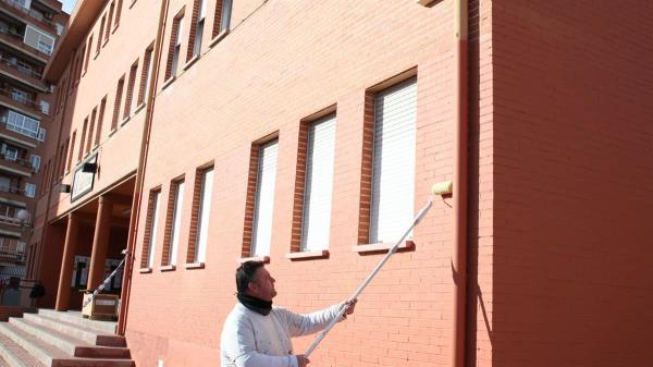 El programa 'Pintamos la Escuela' permite cada año mejorar el estado de los 49 centros educativos de titularidad municipal